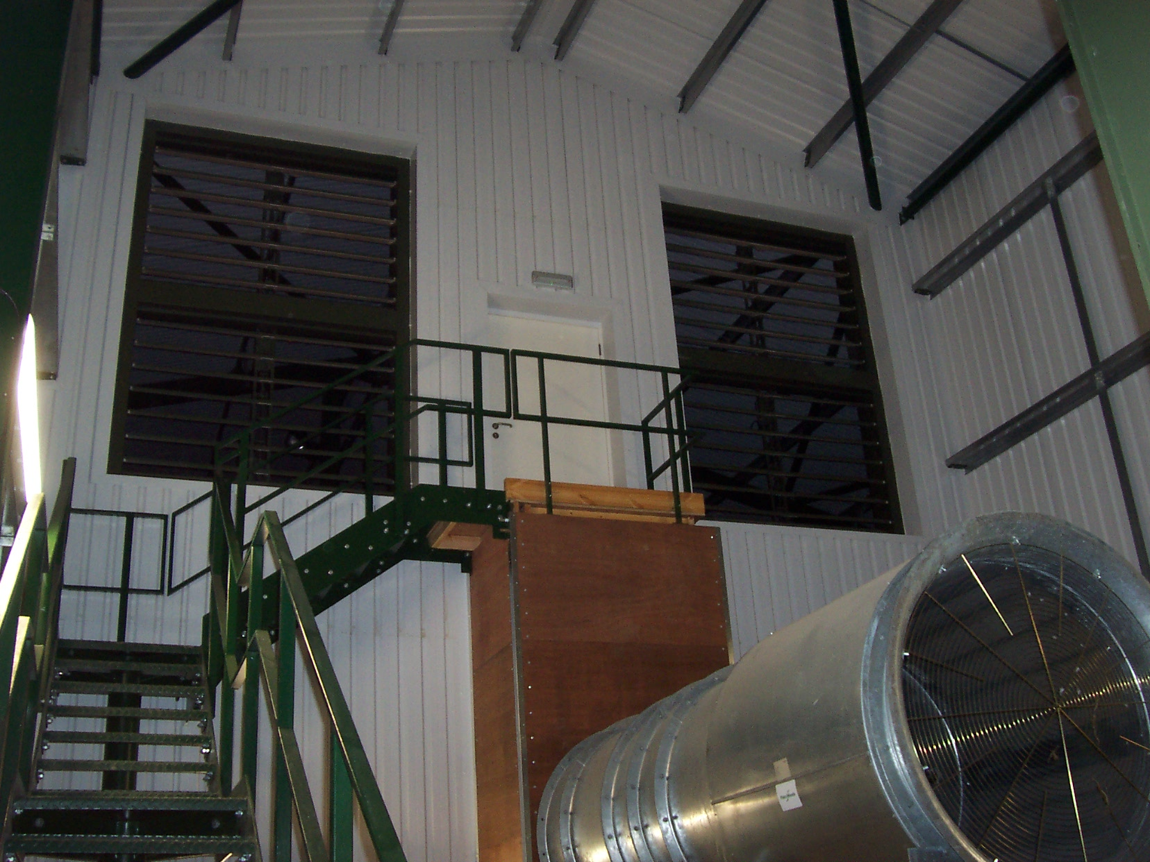 Recirculation louvres and large axial fans